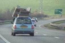 Poliţia britanică îl caută pe şoferul acestei maşini.