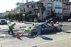 Cum a rămas un Porsche înţepenit în carosabil - VIDEO