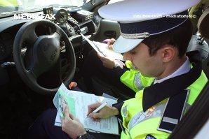 Poliţiştii i-au retras numerele de înmatriculare, dar el a crezut că a găsit soluţia. Ce pedeapsă riscă acum