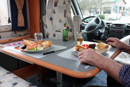 Au voie şoferii să mănânce în timp ce conduc? Iată ce spune legea
