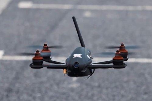 Dronă vs. maşină. Cine câştigă?