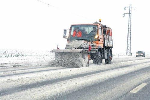 Cât costă deszpăzirea drumurilor din România. Preţul e de două ori mai mare decât în Canada