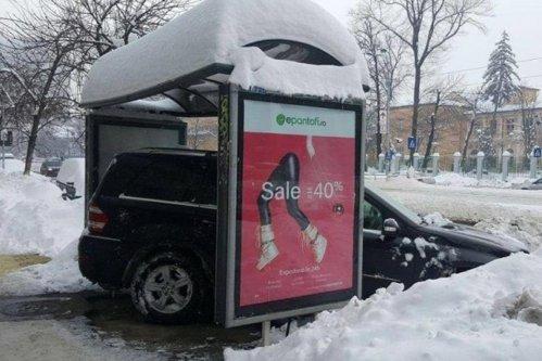Un şofer din Bucureşti şi-a parcat bolidul într-o staţie RATB