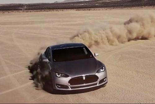 Atunci când prea multă tehnologie strică. Ce i s-a întâmplat unui şofer de Tesla Model S chiar în mijlocul deşertului