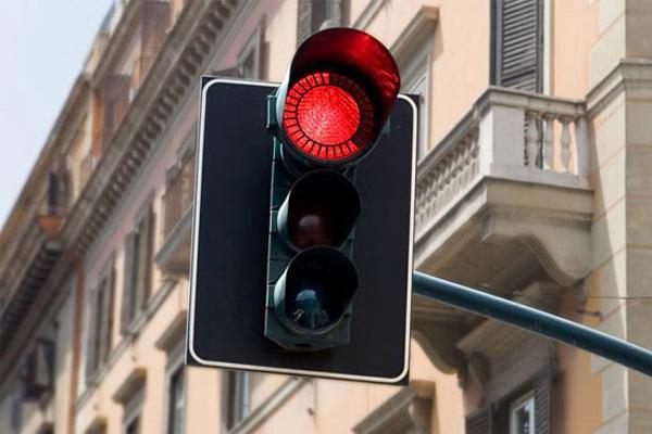 Statul în care vei putea trece de acum pe culoarea roşie a semaforului. Condiţia esenţială pentru a putea face asta