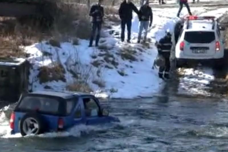''Dorel'' la volan: a vrut să nu dea bani la spălătorie, aşa că a intrat cu maşina în râu. Ce s-a întâmplat îl va costa însă mult mai mult