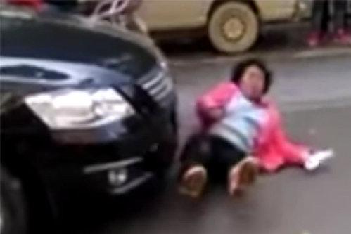 Această femeie ţipă că a fost lovită de maşină. Ce s-a înregistrat pe camerele de supraveghere imediat după acest moment. VIDEO