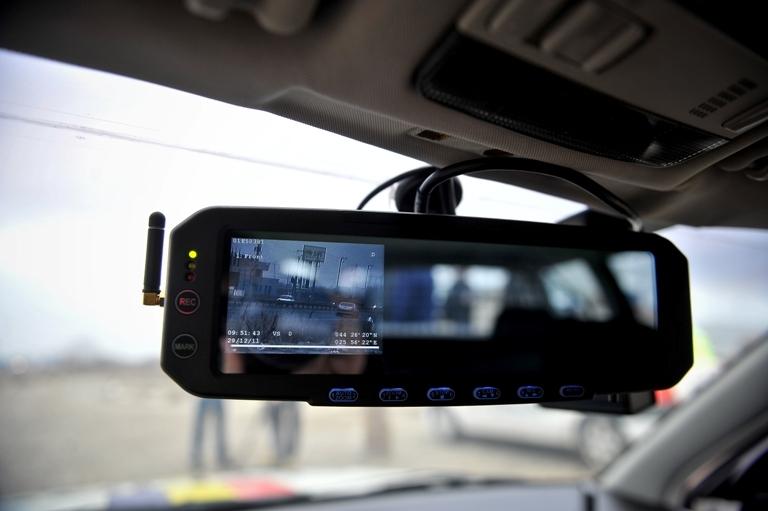 Şofer oprit de poliţişti pe A1, după ce le-a dat radarele peste cap. Cu ce viteză circula
