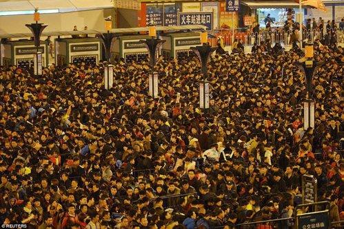 Ce se întâmplă când trenurile întârzie în China. GALERIE FOTO
