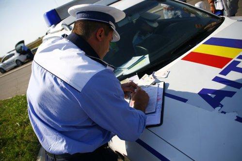 Cum a încercat un şofer să scape de o amendă. Poliţiştilor nu le-a venit să creadă