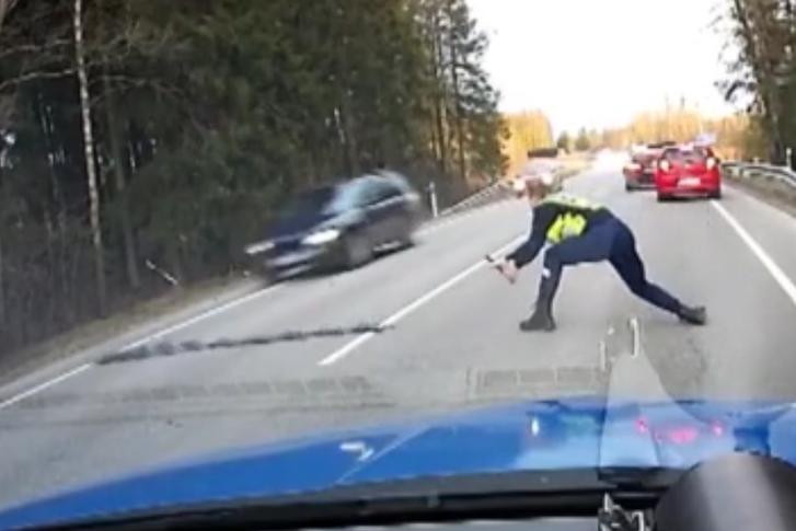 Oprire spectaculoasă a unui vitezoman. Filmarea rară a poliţiei rutiere