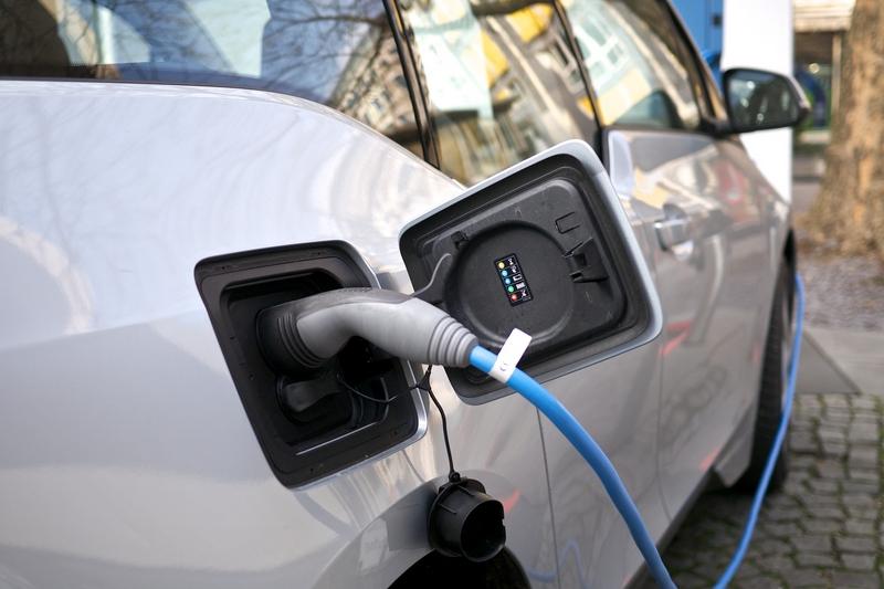 Anul în care maşinile electrice vor costa mai puţin decât cele pe benzină
