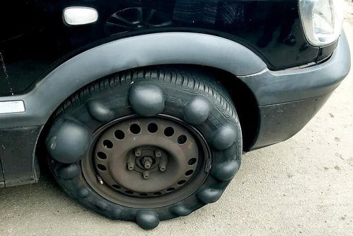 Maşină cu bule bizare la o anvelopă, oprită de poliţie. Explicaţia specialiştilor - FOTO