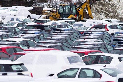 Câmpul pe care zac 3.000 de modele noi BMW şi Mini. Motivul pentru care maşinile ruginesc acolo de aproape cinci ani