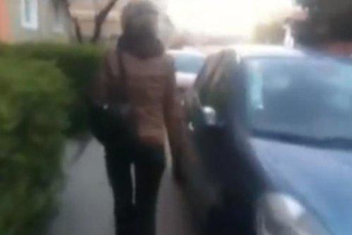 Imagine şocantă pentru nouă şoferi. O femeie le-a vandalizat maşinile pentru că erau parcate pe trotuar