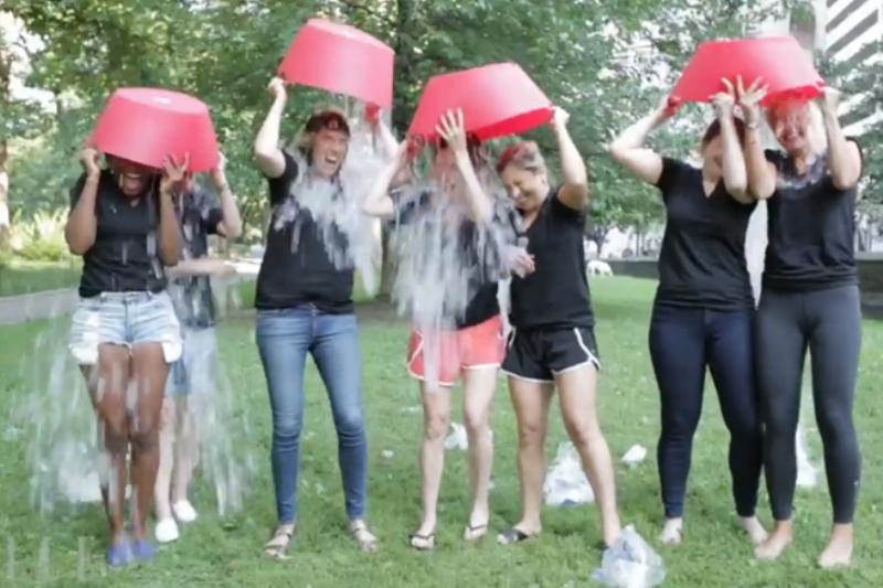 Ice Bucket Challenge. Avertismentul medicilor: c�t de riscant este să �ţi torni apă rece �n(...)