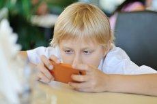 Opt din zece copii români au cont pe reţelele de socializare. Efectul acestei mode asupra dezvoltării celor mici