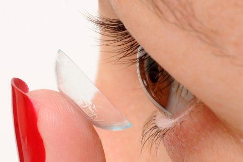 Pericolul din spatele lentilelor de contact