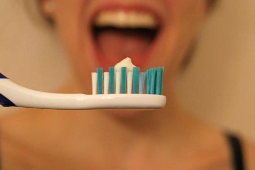 Pericolele ascunse din periuţa de dinţi. Cât de des trebuie să o schimbăm