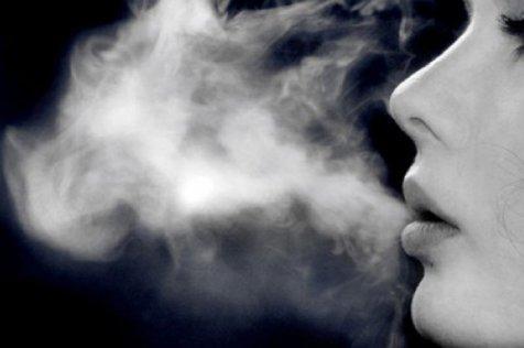 """Fumatul """"la mâna a treia"""". Cum ajunge fumul de ţigară impregnat în păr sau haine să ne facă mai mult rău decât clasica ţigară sau fumatul pasiv"""