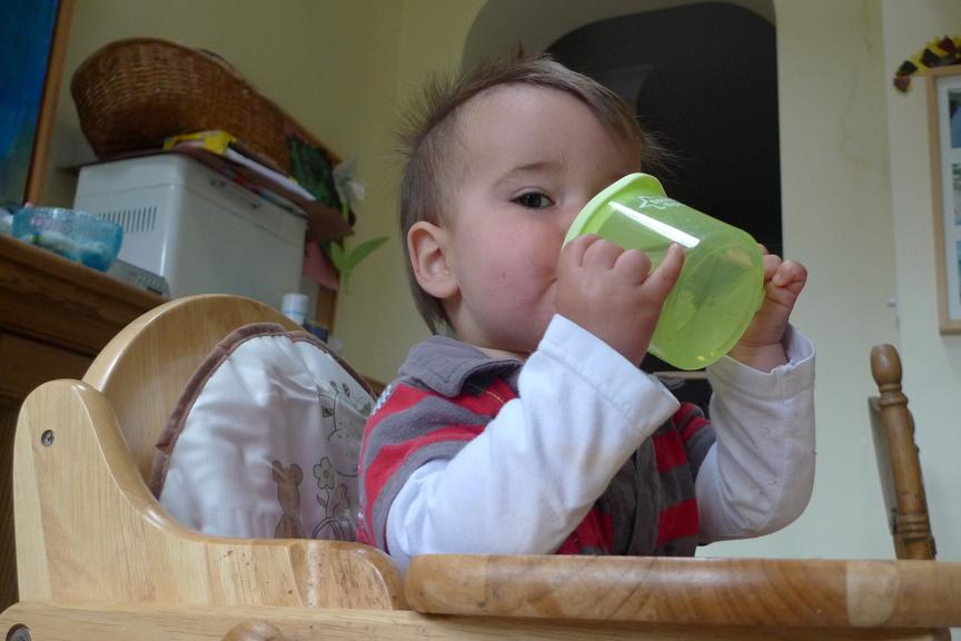De ce nu trebuie să le dăm bebeluşilor să bea apă. Consumul le poate fi fatal