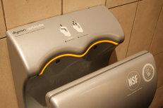 Pericolul ascuns în spatele uscătoarelor automate de mâini. Cum ajung bacteriile din fecale pe mâinile proaspăt spălate