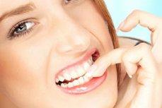 Îţi rozi unghiile sau asculţi muzică tare la căşti? Sănătatea îţi este pusă în pericol
