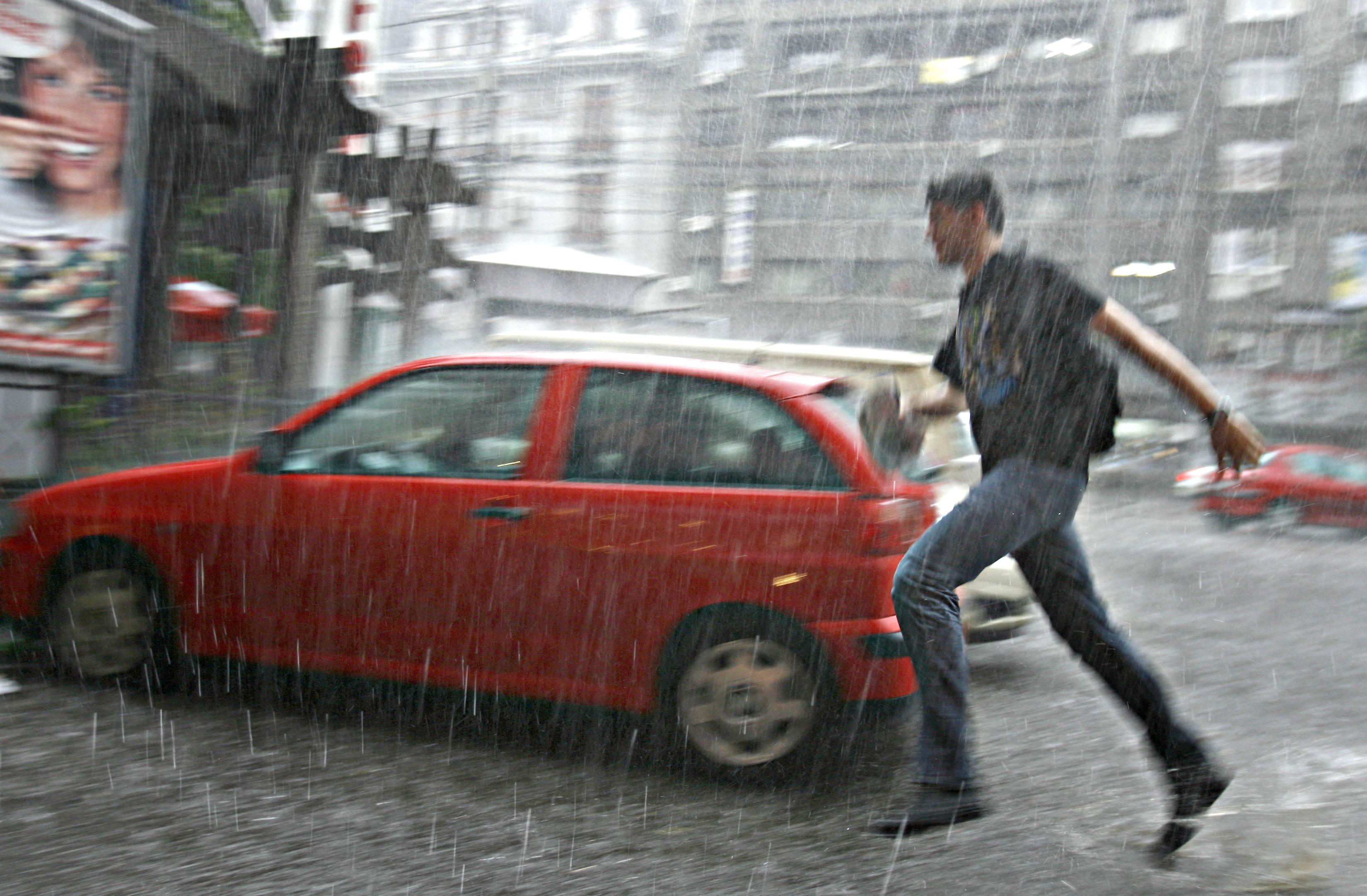 VREMEA. Avertizare de ploi şi vijelii �n toată ţara