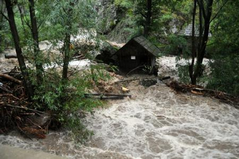 VREMEA. Cod portocaliu de inundatii pe r�uri din 10 judete, p�na joi la pr�nz