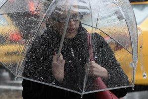 VREMEA. Cod galben de ploi şi ninsori în aproape toată ţara, vineri şi sâmbătă