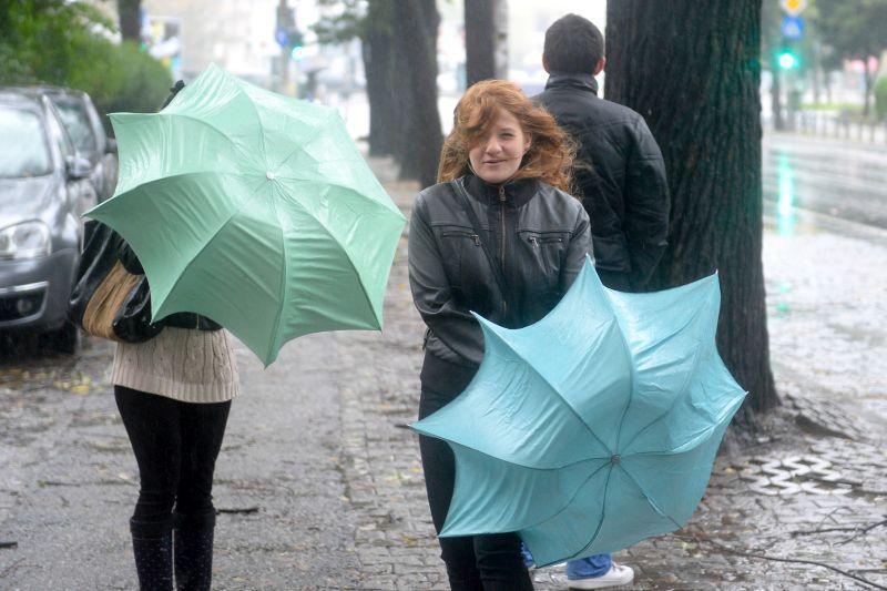 Alertă meteo. Ploi şi vânt puternic în majoritatea ţării, până joi
