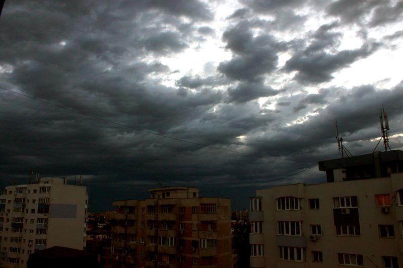 O nouă avertizare a meteorologilor: cod galben de ploi şi furtuni pentru 13 judeţe