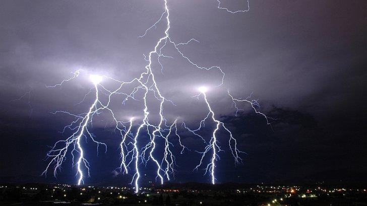 Vremea SE RĂCEŞTE în toată ţara. 15 judeţe, sub cod galben de ploi
