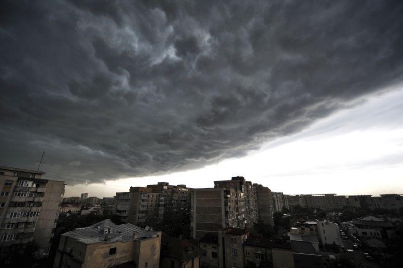 Avertizarea meteorologilor: urmează un weekend cu ploi şi vijelii. Care sunt regiunile vizate