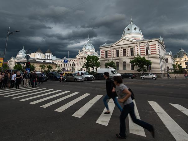 Furtună în Bucureşti: Un bărbat a murit strivit de un copac. Vântul a făcut pagube şi în ţară. UPDATE