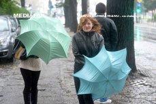 Meteorologii prelungesc avertizările cod portocaliu de ploi şi vânt. Care sunt zonele afectate