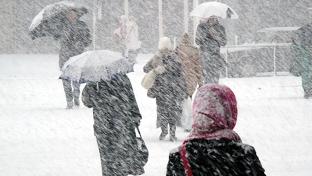 Schimbare radicală de vreme în aproape toată ţara. Meteorologii anunţă lapoviţă, ninsori şi vânt puternic
