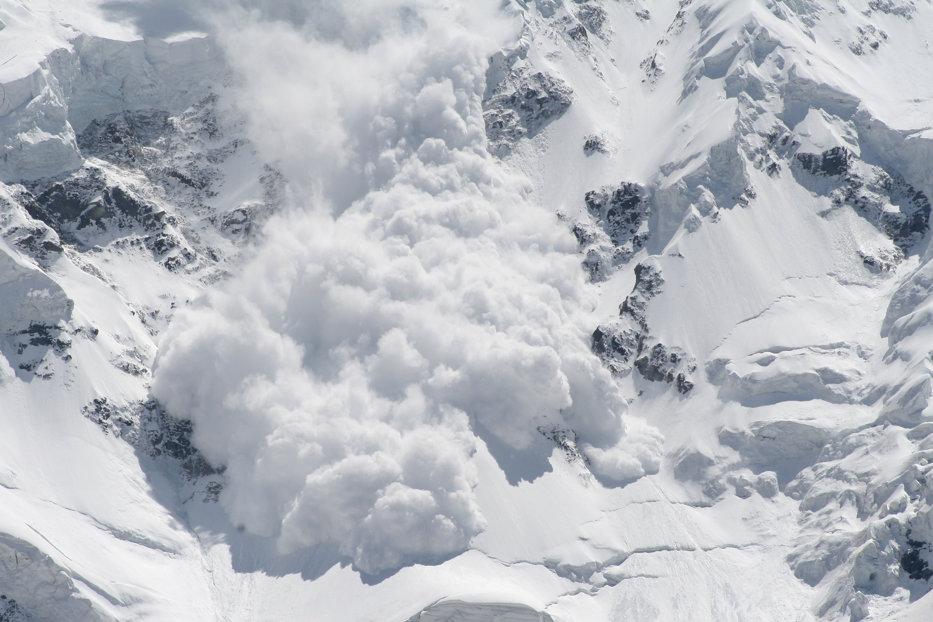 Avertisment pentru turişti. Risc mare de avalanşe la munte. La Bâlea stratul de zăpadă măsoară peste 160 centimetri