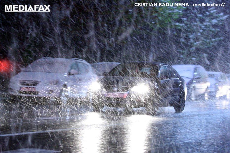 Vremea rea le dă de furcă şoferilor. Trafic în condiţii de ninsori slabe, lapoviţă şi ploi în mai multe judeţe