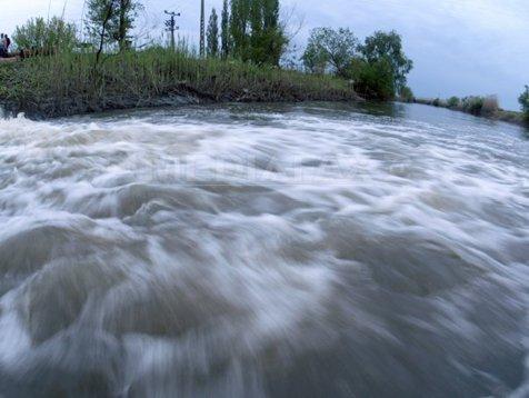 Cod portocaliu de inundaţii pe râuri din patru judeţe