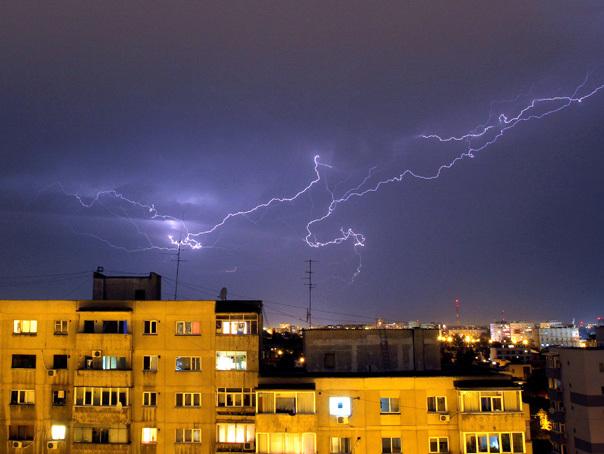 COD GALBEN de furtuni şi descărcări electrice pentru şapte judeţe