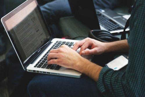 Lipsa de personal blochează dezvoltarea în sectorul IT. Cât câştigă un angajat