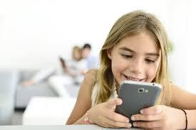 Cât timp petrec copiii pe zi folosind telefonul sau calculatorul