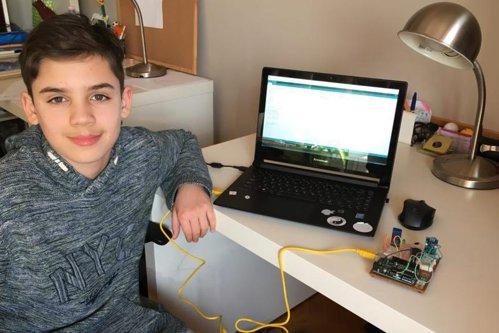 Un copil român de 12 ani a creat un robot cu care a ocupat locul 2 la o competiţie internaţională