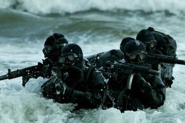 Cât câştigă un luptător SEAL, pe care US Navy vrea acum să îl transforme în cyborg