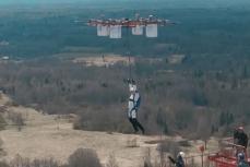 A intrat în istorie după prima săritură cu paraşuta dintr-o dronă. Pregătirile au durat şase luni