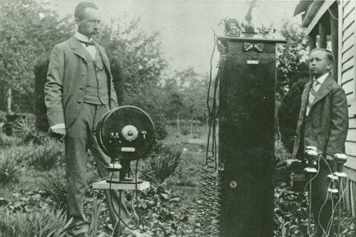 Povestea fascinantă a fermierului care a inventat telefonul mobil în 1902. A murit singur şi falit