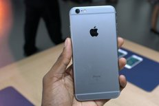 Apple recunoaşte că a încetinit funcţiile unor modele mai vechi de iPhone. Americanii, acuzaţi că vor să-i oblige pe utilizatori să-şi cumpere telefoane noi