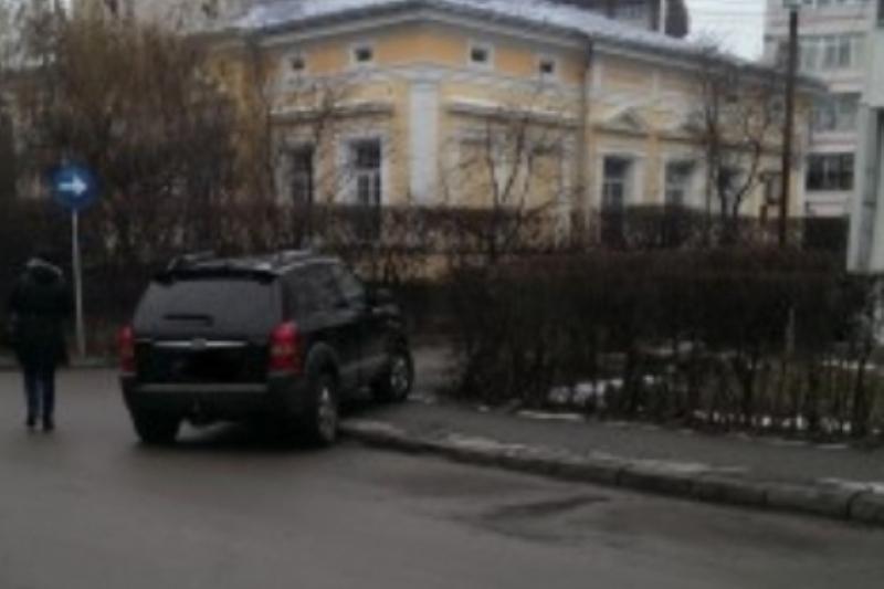 Un sofer din Botosani �si parca zilnic bolidul pe trotuar. �ntr-o zi, un pieton s-a saturat sa se tot strecoare pe l�nga masina si a luat atitudine