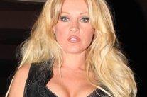 Ce a păţit această blondă care a intrat goală puşcă la solar. Poliţiştii nu s-au confruntat niciodată cu o asemenea situaţie